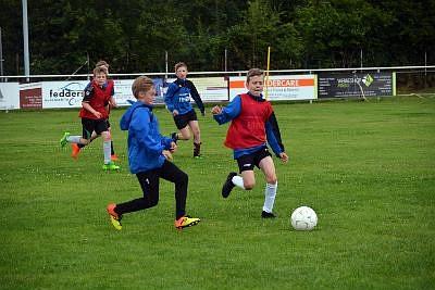 Der Ball ist stets im Fokus: Die künftigen U12-Junioren der JSG Warberg jagen dem Ball im Training im Vollsprint hinterher.