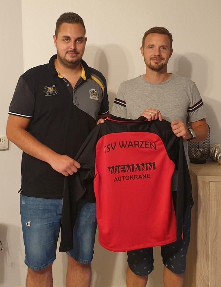 """Foto: Spartenleiter Jannis Wiening (links) und Martin Kirsch präsentieren das """"Aufstiegsshirt"""""""